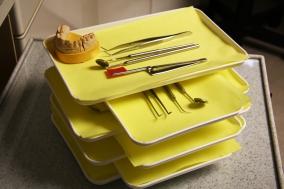 Többek között a fogorvosi tálcák összeállításával készülünk pácienseink fogadására